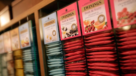 Cửa hàng trà Twinings tại số 216 The Strand, London giao dịch từ năm 1706, được xem cửa hàng trà đầu tiên tại Anh.