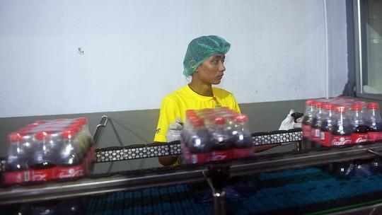 Những công nhân làm việc tại nhà máy đóng chai của Coca-Cola ở Yangon, Myanmar