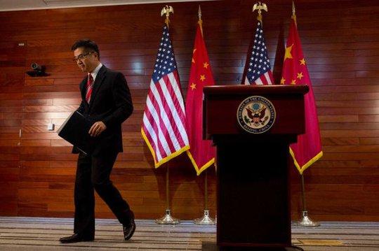 Đại sứ Gary Locke trong buổi họp báo trước khi rời Trung Quốc. Ảnh AP