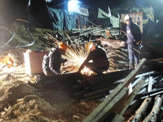 Suốt đêm, các đơn vị cứu hộ vẫn liên tục làm việc tìm cách đưa các nạn nhân ra ngoài