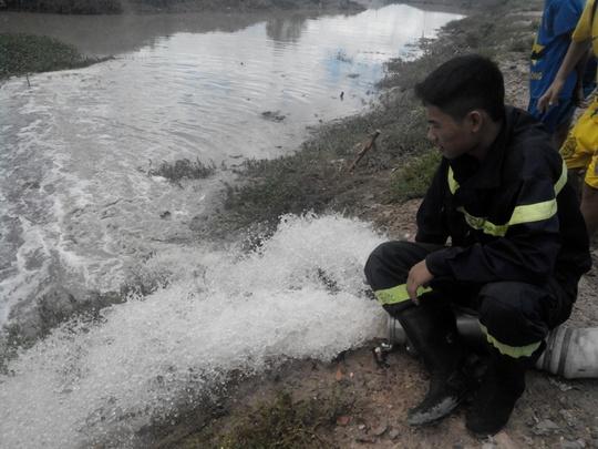 Nước được bơm ra một hồ đất cách hiện trường hàng trăm mét