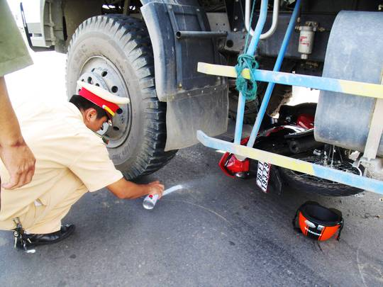 CSGT đang khám nghiệm hiện trường vụ tai nạn làm chị Nguyễn Thị Vin bị thương nặng