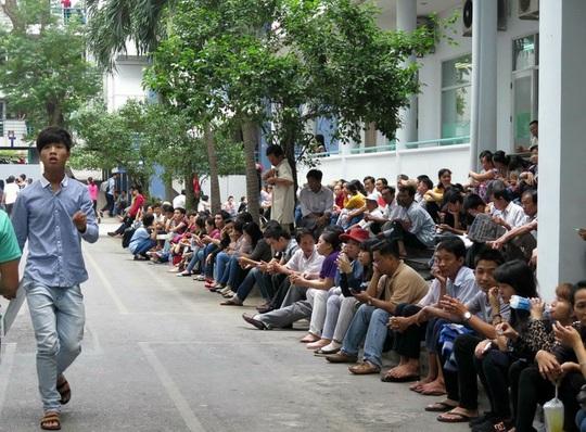 Phụ huynh xếp hàng dài ngồi chờ con trước Hội đồng thi ĐH Công nghiệp TP HCM