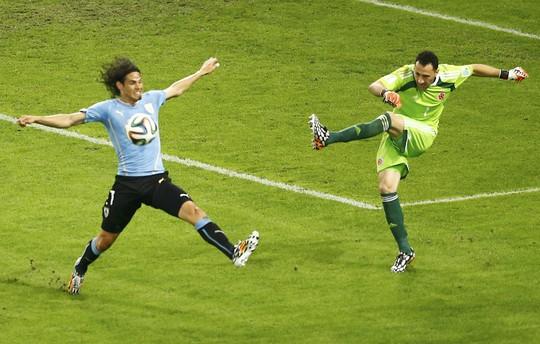 Ospina trong trận Colombia thắng Uruguay của Cavani (trái) 2-0 ở vòng 1/8 World Cup 2014