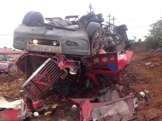 Đầu xe tải lật bị dập nát