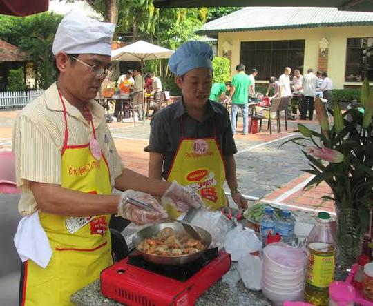 Các đội thi tài trong hội thi nấu ăn do LĐLĐ quận 10 tổ chức