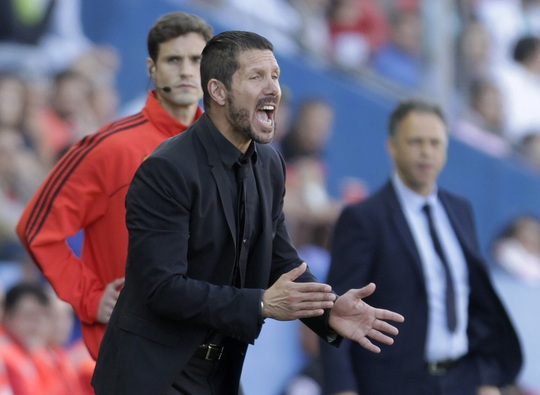 HLV Simeone kêu gào các học trò trong trận thua Lavente