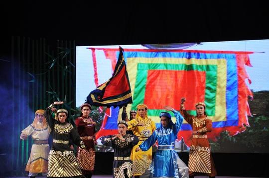 Các nghệ sĩ biểu diễn ca cảnh Lý tòng quân trong chương trình 95 năm ra đời bản Dạ cổ hoài lang tại sân khấu Sen Hồng