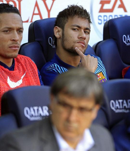 Neymar tỏ ra kh1o chịu khi ngồi dự bị trogn trận đấu đêm qua