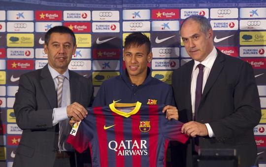 Neymar (giữa) trong buổi ký kết hợp đồng với Barcelona