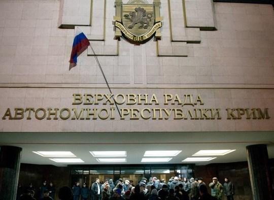 Cờ Nga được treo trên tòa nhà chính quyền TP Sevastopol, Crimea thay cho cờ Ukraine.  Ảnh: ITAR-TASS