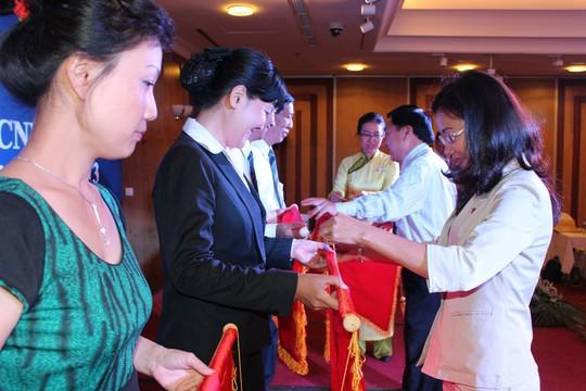 Bà Huỳnh Thị Ngọc Liên, Trưởng Ban Nữ công LĐLĐ TP HCM trao cờ thi đua cho các tập thể thuộc CĐ Tổng Công ty Du lịch Sài Gòn. Ảnh: THANH NGA