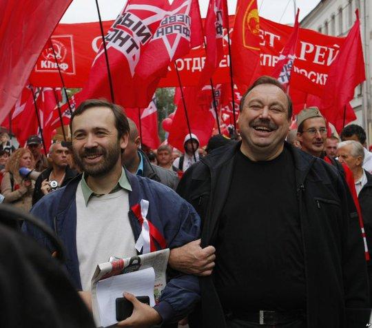 Ông Ilya Ponomarev (phải) trong một cuộc tuần hành tại Moscow vào tháng 9-2012. Ảnh: AP