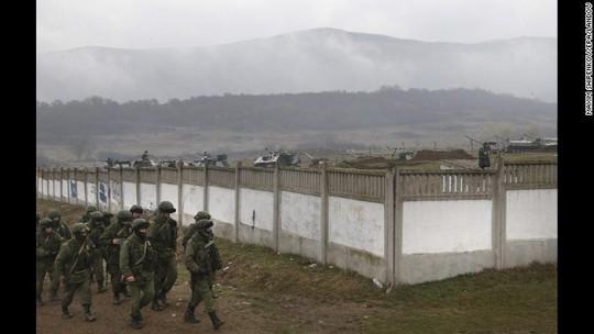Những người đàn ông vũ trang được cho lính Nga ở bên ngoài làng Simferopol