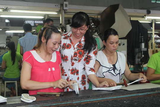 Bà Phan Thị Minh Thu, Chủ tịch CĐ Công ty Tích Hanh, quận Bình Tân, TP HCM (giữa), thăm hỏi đời sống công nhân ẢNH: THANH NGA