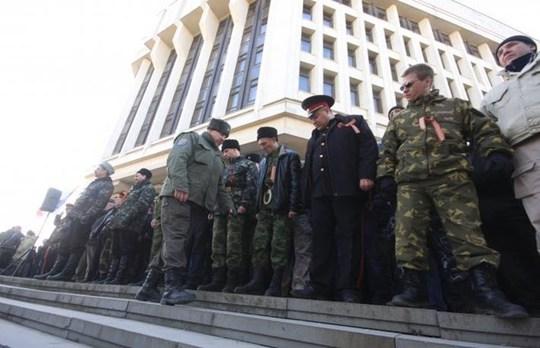 Đội tự vệ được thành lập ở TP Simferopol, Crimea. Ảnh: ITAR-TASS