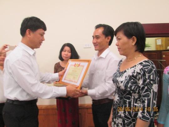 Ông Trần Công Phong, Chủ tịch Công đoàn ngành Giáo dục Việt Nam tặng giấy khen cho CNVC-LĐ tiêu biểu ngành Giáo dục TP HCM
