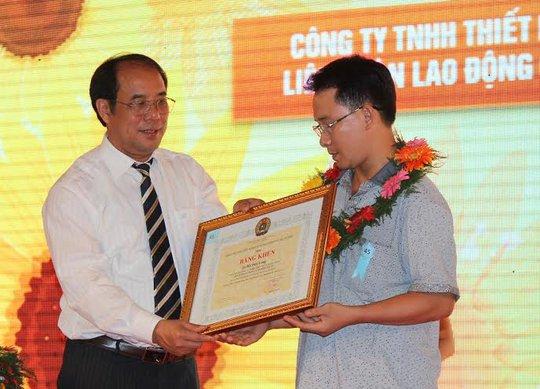 Ông Nguyễn Văn Ngàng, Phó Chủ tịch Tổng LĐLĐ Việt Nam trao bằng khen cho CNVC-LĐ tiêu biểu