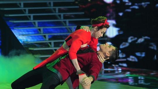 Ngân Khánh và bạn nhảy