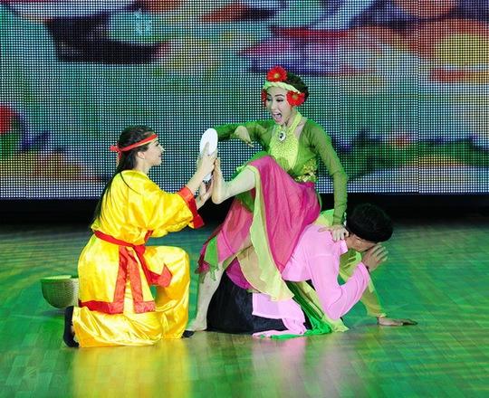 Ngân Khánh và bạn nhảy tài hiện câu chuyện Tấm Cám một cách hài hước