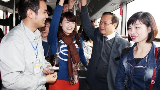 Bí thư Thành ủy Phạm Quang Nghị trò chuyện với hành khách và nhân viên soát vé trên xe buýt