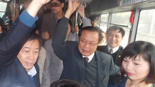 Bí thư Thành ủy Hà Nội Phạm Quang Nghị trên xe buýt số 48 sáng 12-3