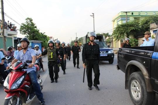 Lực lượng chức năng được bố trí dọc tuyến đường nhóm học viên đi để giám sát