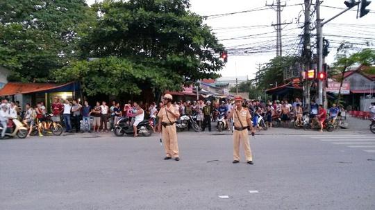 Người dân thị trấn Núi Đèo (Thủy Nguyên, Hải Phòng) đổ ra đường xem học viên cai nghiện đang đi bộ về thị trấn