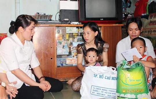 Bà Nguyễn Trần Phượng Trân, Phó Chủ tịch LĐLĐ TP HCM, thăm hỏi công nhân mất việc có hoàn cảnh khó khăn  ảnh: THANH NGA
