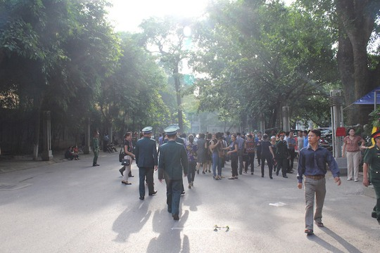 Hàng ngàn người dân thành kính đến tiễn đưa các cán bộ, chiến sỹ về nơi an nghỉ cuối cùng