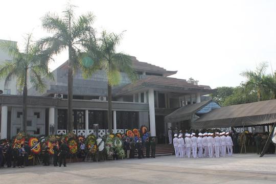 Phía bên ngoài nhà tang lễ, các đoàn chuẩn bị vào viếng