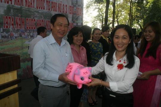 Bà Vũ Thị Ngoãn, Chủ tịch CĐ Sở GTVT TP HCM, trao heo đất cho các Công đoàn cơ sở trực thuộc ẢNH: AN KHÁNH