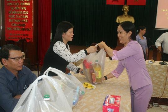 Bà Vũ Thị Ngoãn, Chủ tịch CĐ Sở GTVT TP, động viên và trao quà Tết cho công nhân khó khăn