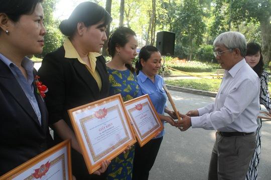 Đại diện Đảng ủy Sở GTVT TP, tặng giấy khen cho các điển hình nữ CNVC-LĐ trong phong trào giỏi việc nước - đảm việc nhàẢNH: AN KHÁNH