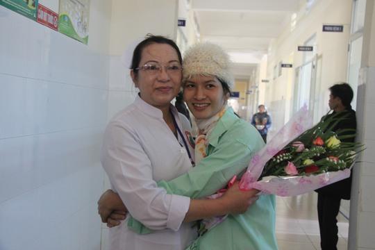 Chị Ngọc ôm chầm y bác sĩ bệnh viện , cảm ơn vì mình đã được cứu sống