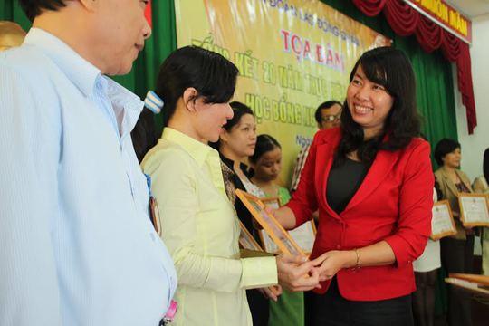 Bà Hồ Bích Ngọc, Chủ tịch LĐLĐ quận 1, TP HCM trao giấy khen cho các đơn vị thực hiện tốt học bổng Nguyễn Đức Cảnh