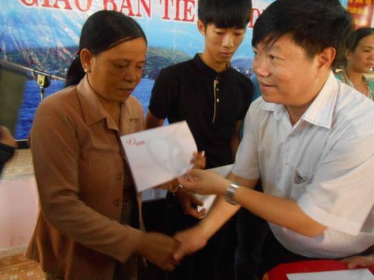 Đại diện Tập đoàn điện lực Việt Nam (EVN) trao hỗ trợ cho 2 chủ tàu cá và các ngư dân