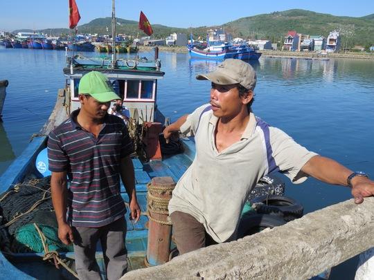 Hai ngư dân vừa thoát nạn trở về