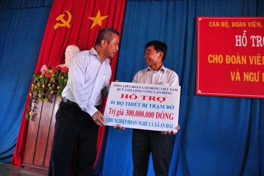 Ông Đặng Ngọc Tùng, Chủ tịch Tổng LĐLĐ Việt Nam, trao quà hỗ trợ cho đại diện Nghiệp đoàn nghề cá xã An Hải