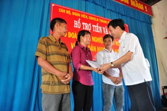 Ông Võ Văn Thưởng, Ủy viên Trung ương Đảng, Phó Bí thư thường trực TP HCM trao quà cho các ngư dân Lý Sơn