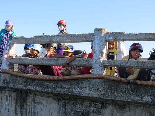Hàng trăm bà con địa phương đổ xô ra bến cá Sa Huỳnh, đón 2 ngư dân cùng với tàu cá QNg - 94913 TS thoát nạn trở về