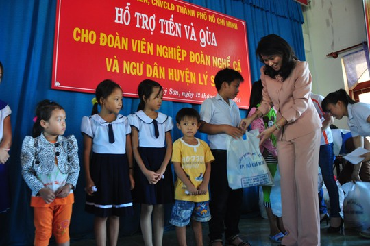 Bà Nguyễn Thị Thu, Chủ tịch LĐLĐ TP HCM, trao quà cho con em ngư dân Lý Sơn