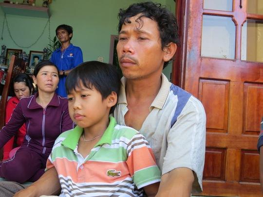 Con trai út của anh Xi sà vào lòng khi bố vừa về đến nhà