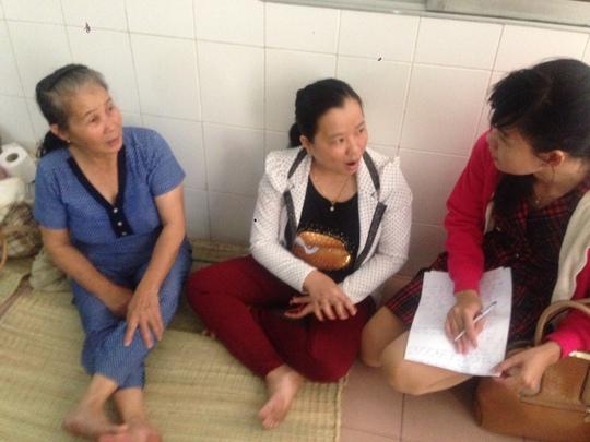 Người nhà chị Cao bức xúc trình bày sự việc với báo chí