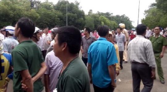 Rất đông người dân đứng tràn ngoài đường xung quanh khu vực UBND huyện Đồng Phú, tỉnh Bình Phước vào ngày 9-9, để nghe Chủ tịch UBND tỉnh đối thoại với nhân dân có đất bị thu hồi.