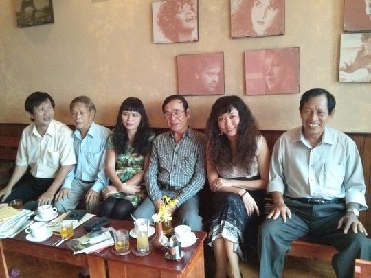 Nhà thơ Chu Trầm Nguyên Minh chụp ảnh cùng bạn bè văn nghệ lúc sinh thời