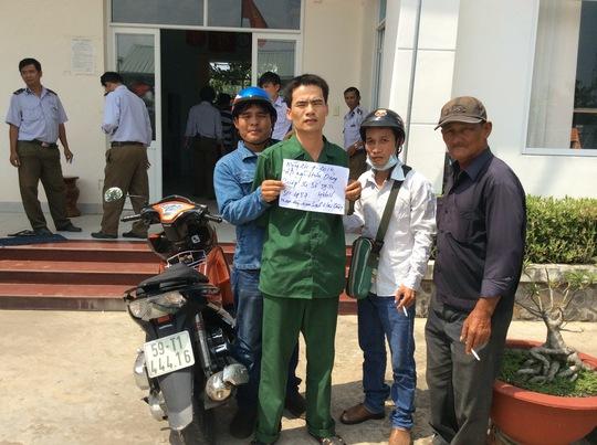 """""""Hiệp sĩ"""" Nguyễn Thanh Hải (bìa trái) và đồng đội bắt giữ đối tượng Dũng (mặc quần áo màu xanh Ô-liu)."""