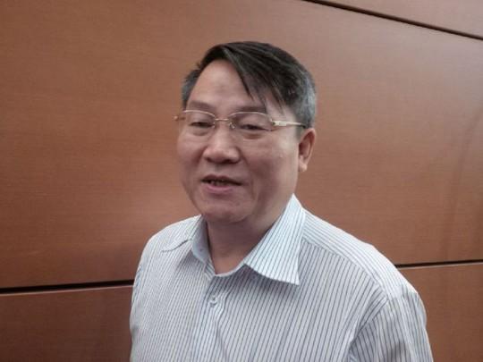 Phó Chủ nhiệm Uỷ ban Về các vấn đề xã hội của Quốc hội Nguyễn Văn Tiên trả lời báo chí bên hành lang Quốc hội