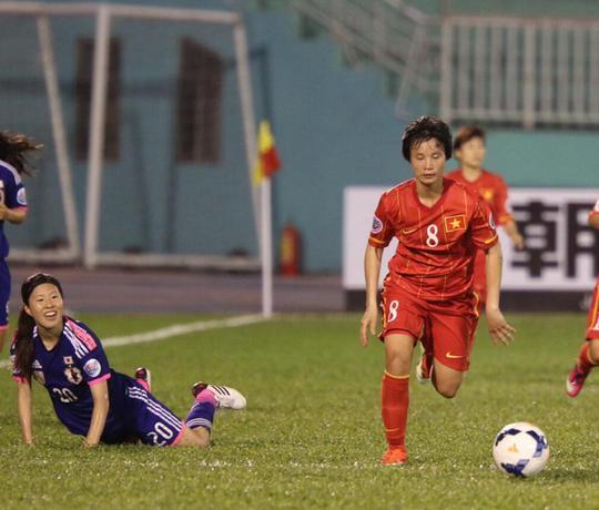 Minh Nguyệt đã thắng trong một pha tranh bóng