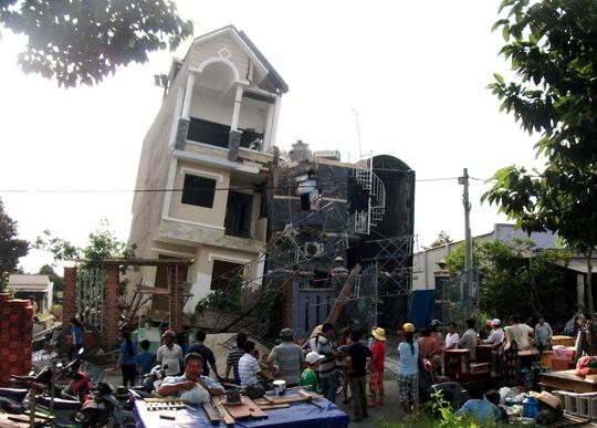 Căn nhà 3 tầng đang trong giai đoạn hoàn thiện thì bị đổ nghiêng
